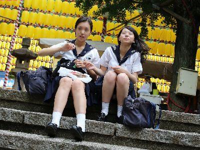 盗撮風wwwwwwww新年早々★女子高生の脚に夢中になれる画像。