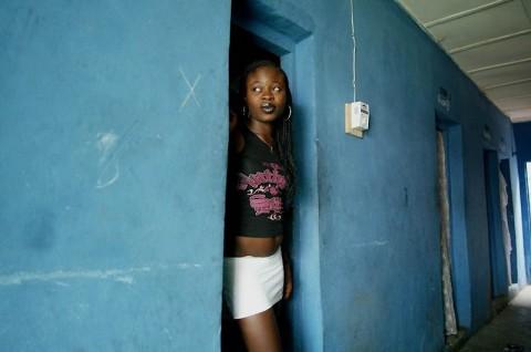 【画像】ス ラ ム 街 の 売 春 婦 をご覧ください・・・・・・・・。(18枚)