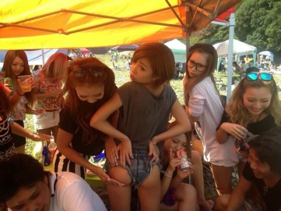 【下品注意】女子大生やギャルが友達同士でエロふざけしてるビッチな写真wwwwwwwwww