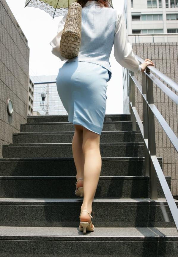 制服のままレイプしたい社内レディーさん…エロ目線で見るとコスプレにしか見えねえええええええ(素人街撮り盗撮画像あり)