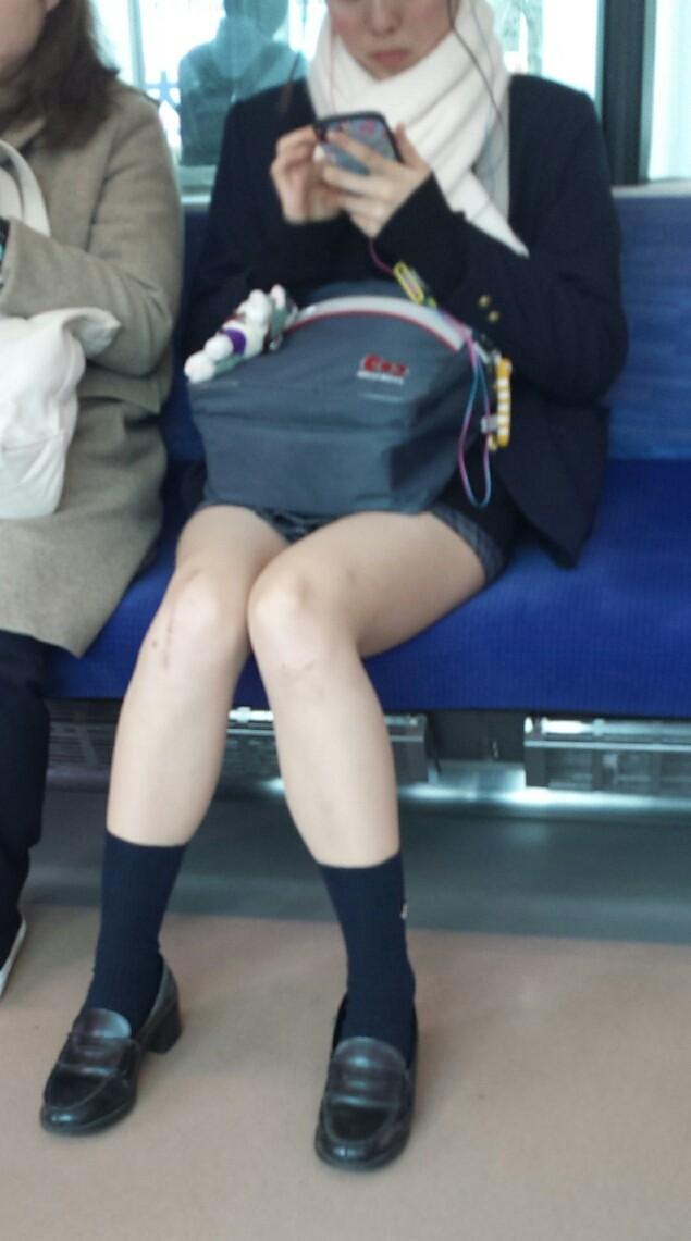 春は痴漢が増えるというがこの10代小娘のエロさだからそうなるのも仕方がねえなwwwww(電車内盗撮画像あり)