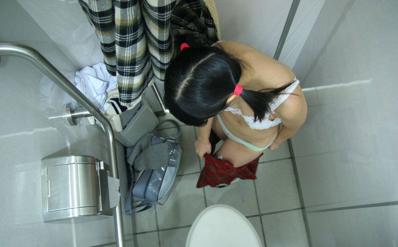 盗撮カメラあるとも知らずにトイレや脱衣所で着替えちゃう素人さん達wwwwww(画像あり)