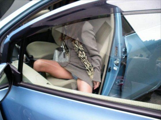 車の乗り降り時はパンチラ高確率でするから見逃し厳禁wwwww(盗撮画像あり)