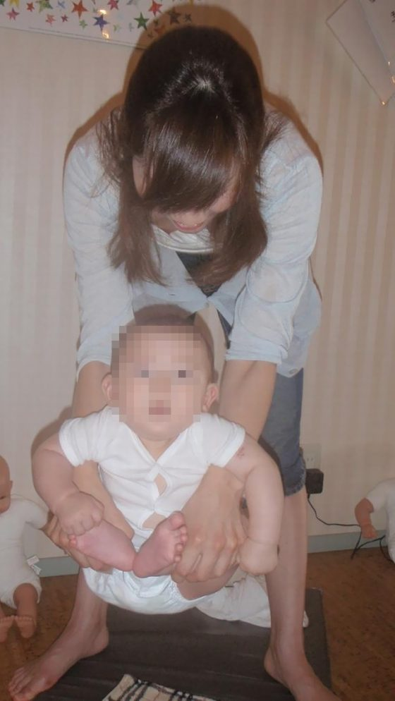 【朗報】我が子を抱きかかえようとする若妻の胸チラ・乳首チラ率が異常に高いwwwww(画像あり)