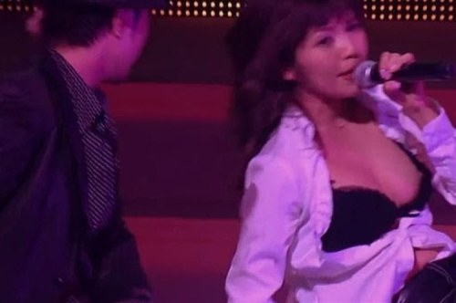 AAAの宇野実彩子がストリッパーかと思うほどの乳首ポロリ事故wwwwww(コンサート画像あり)