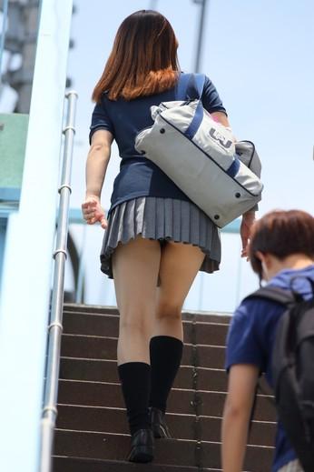 階段でミニスカ10代小娘のパンチラを盗撮してしまうのは男の性だなwwwww(画像あり)