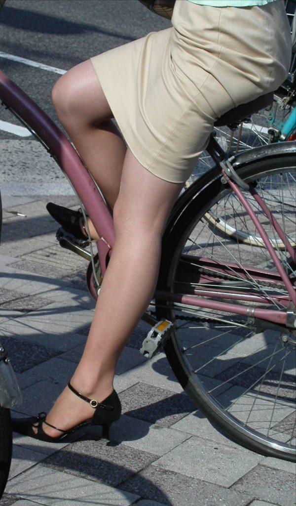 路上で自転車に乗ってる社内レディーさんがエロくてたまらないwww
