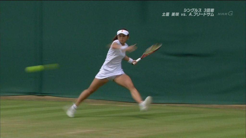 女子テニス選手の純白パンチラ&ムチムチ太ももがエロくて試合内容が入らない件www