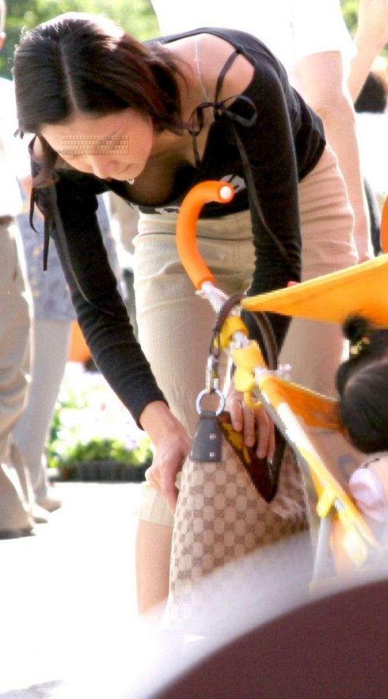 お父さんの目線が集まる子連れママの胸チラがエロすぎる件wwwwww(盗撮画像あり)