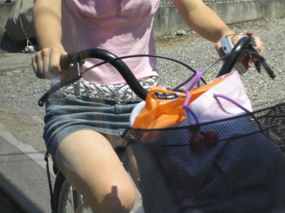 あざーす!パンチラ撒き散らかしてくれるミニスカ自転車素人娘wwwww(画像あり)