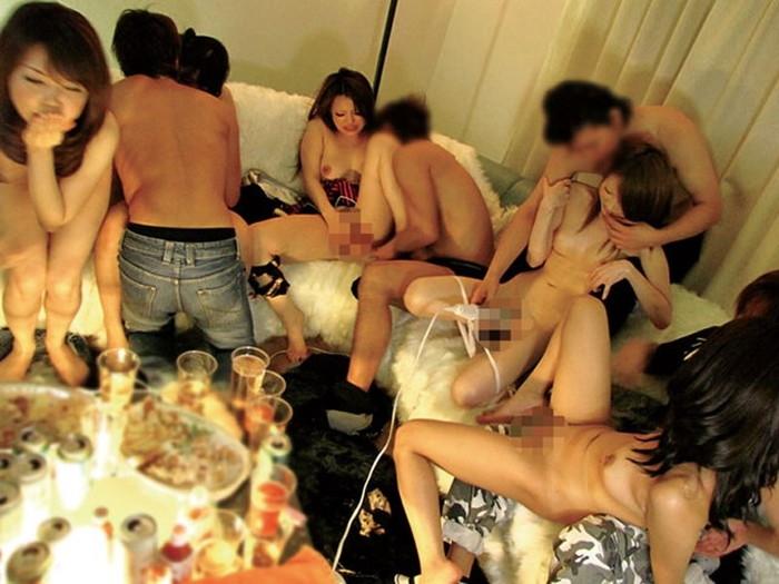 セフレ探しに最適な乱交パーティーの様子のエロ画像24枚