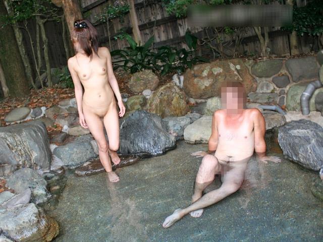 男性が逆に戸惑う露天風呂で大胆露出する女性のエロ画像22枚