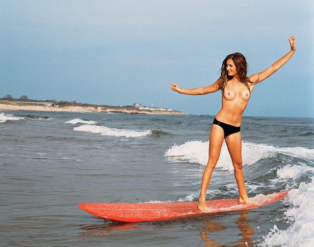 全裸サーフィンしてる外国人女性の露出エロ画像30枚