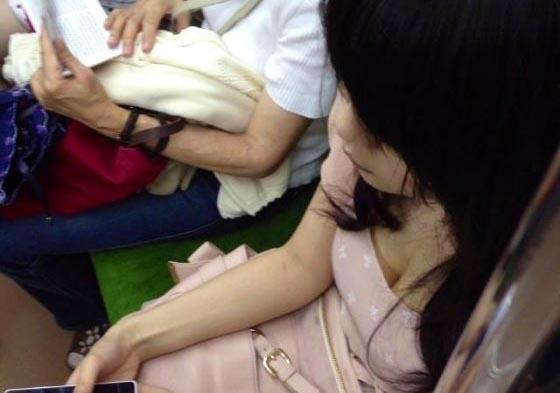電車で胸チラしている女子大生の盗撮エロ画像24枚