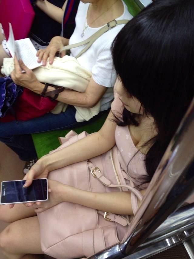 電車で胸チラしている女子大生って無防備だし盗撮し放題だなwwwww(画像あり)