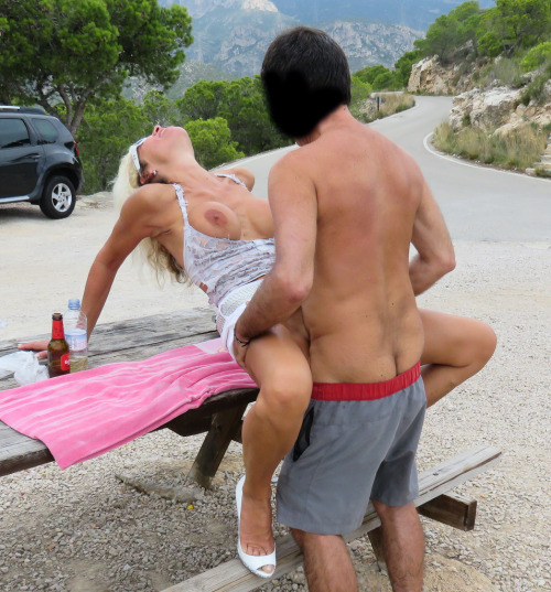 本能のままに青姦セックスを楽しむ外国人カップルのエロ画像wwwww