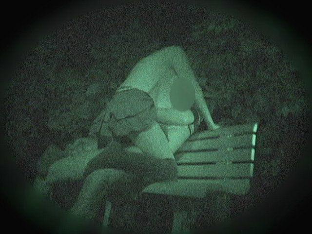 赤外線カメラで盗撮した深夜の公園の青姦セックスエロ画像37枚