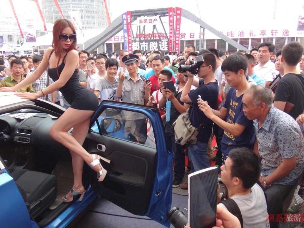 中国人モーターショーコンパニオン エロ画像32枚!露出し過ぎでカメコも必至でワロタwww