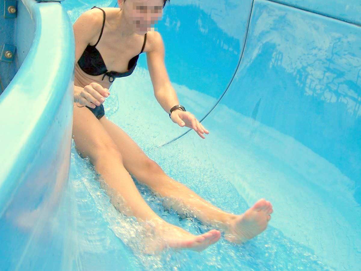 ハプニング最高~!乳首ポロリしてる素人娘の水着姿のエロ画像20枚