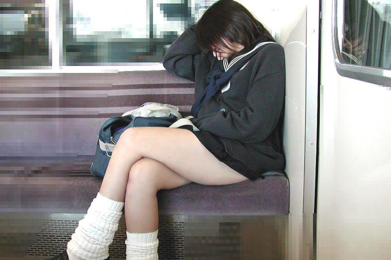 無防備な10代小娘限定の電車内盗撮エロ画像19枚