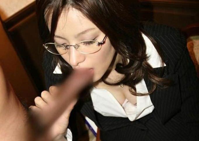 メガネが知的でエロい淫乱痴女のエロ画像18枚