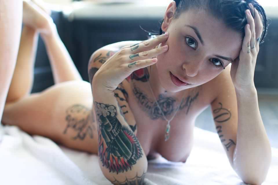 タトゥーだらけの外国人のヌードエロ画像30枚