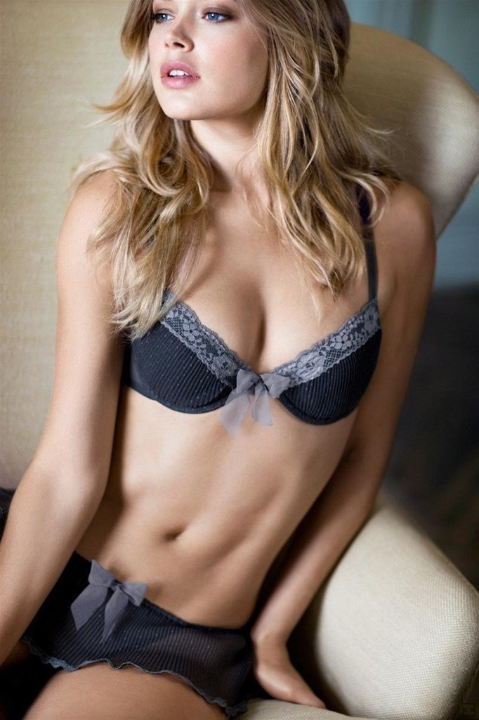 腹筋割れてるアスリート系海外美女のエロ画像21枚
