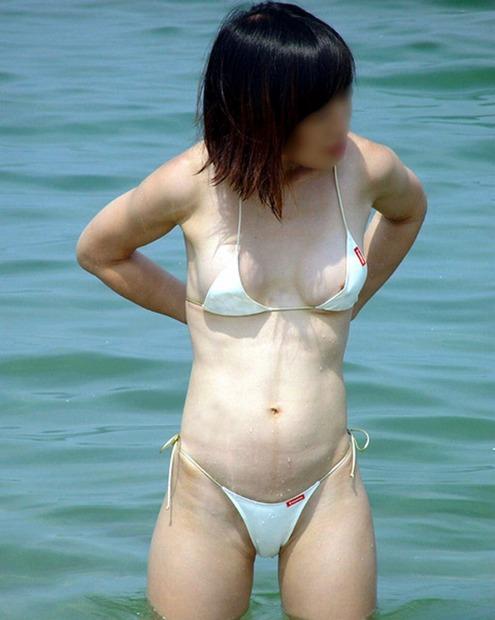 ハミ乳ハプニングしてる水着素人娘のエロ画像28枚