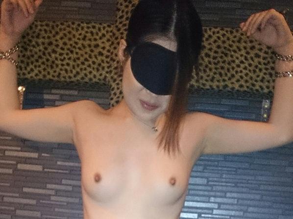 目隠しや手枷、ソフトSMを楽しむ人妻のエロ画像25枚