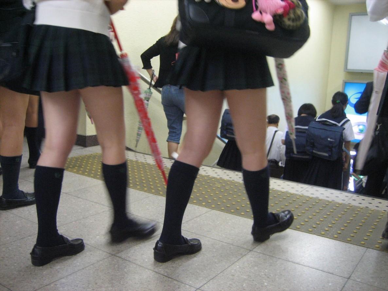 生足太ももがエロすぎる女子高生の街撮り盗撮エロ画像30枚