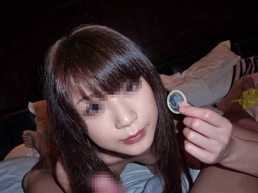 コンドームを付けてくれるカワイイ女のエロ画像20枚