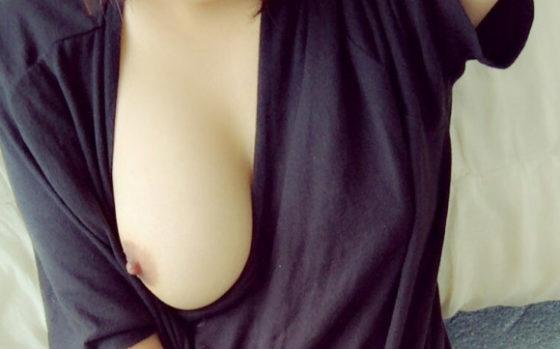 片乳おっぱいポロリさせて自画撮りする女のエロ画像30枚