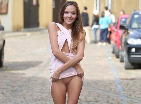 ノーパン露出を楽しむ変態外国人美女のエロ画像30枚